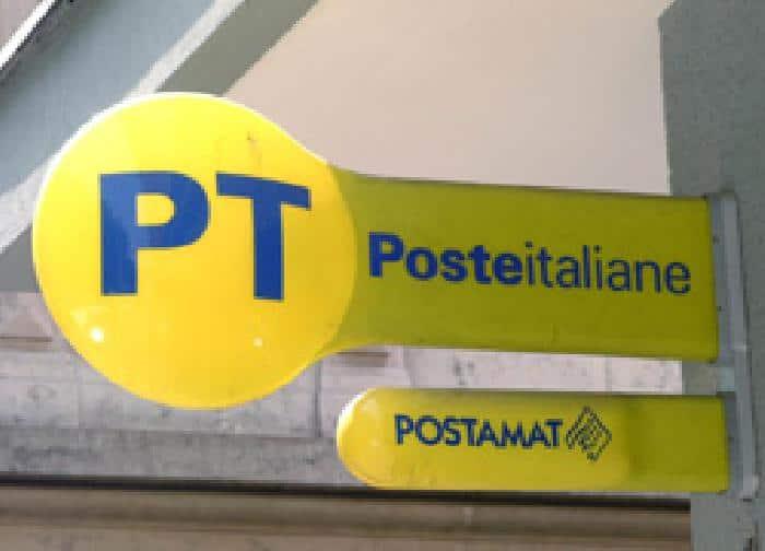 Rapina alla posta centrale di Piazza Matteotti a Napoli, i malviventi con in un film, sbucano dietro gli sportelli e rubano il denaro destinato alle pensioni