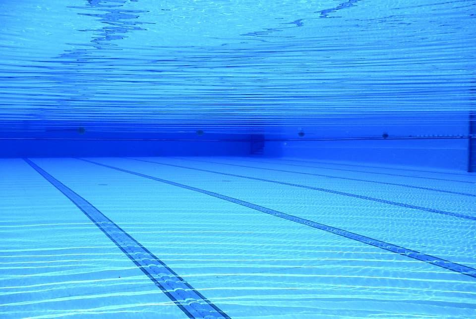 Quattro indagati, accusati di omicidio colposo, per la morte di Sara Francesca Basso, la ragazzina di tredici anni che mercoledì è stata risucchiata dal bocchettone della piscina. Una vacanza al mare trasformata in una tragedia. La famiglia alloggiava all'Hotel Virgilio di Sperlonga.Oggi l'autopsia.