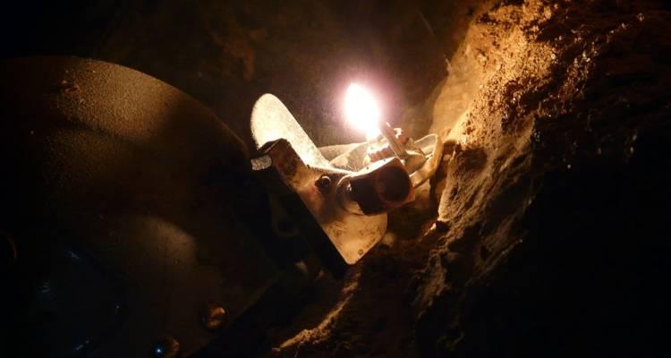 Si lavora questa mattina per la risalita di Stefano Guarniero, 33 anni, speleologo triestino, intrappolato da sabato, a 200 metri di profondità, sul Monte Canin, a Chiusaforte. L'uomo è rimasto bloccato dopo una caduta di venti metri. Una squadra di disostruttori e cariche esplosive per liberarlo