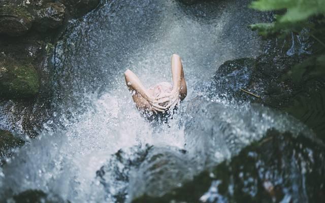 Un bagno deve essere un ambiente bene arredato. Belli quelli con design che richiamano la natura, come cascate, laghi o ruscelli