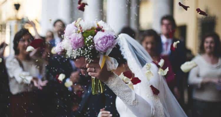 Lei originaria di Torre del Greco; Lui romano. Coronano il loro sogno e convolano a nozze, ma lo sposo ha in serbo una brutta sorpresa,