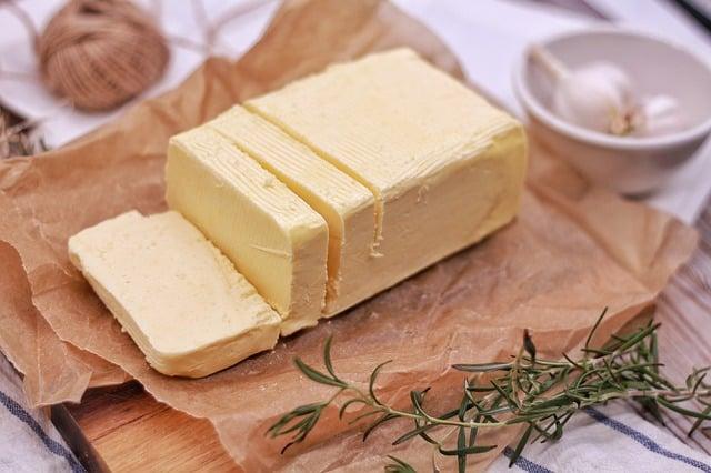 Tutti conoscono il burro e sanno che si ottiene dal latte. Consistenza morbida, sapore delicato ma ci sono tante false credenze.