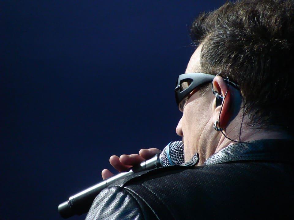 Berlino - Mercedes Benz Arena - Bono Vox, leader del gruppo rock irlandese U2, poco dopo l'inizio del concerto, è stato costretto ad interrompere il concerto.Il cantante, 58 anni, ha avuto difficoltà a cantare fin dalle prime battute dello spettacolo.Scuse e biglietti gratis per gli spettatori presenti.