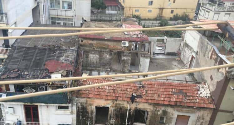 Forse definirle tettoie è eccessivo, anche se il compito doveva essere quello. Ecco che cosa succede quando le cose si fanno senza criterio