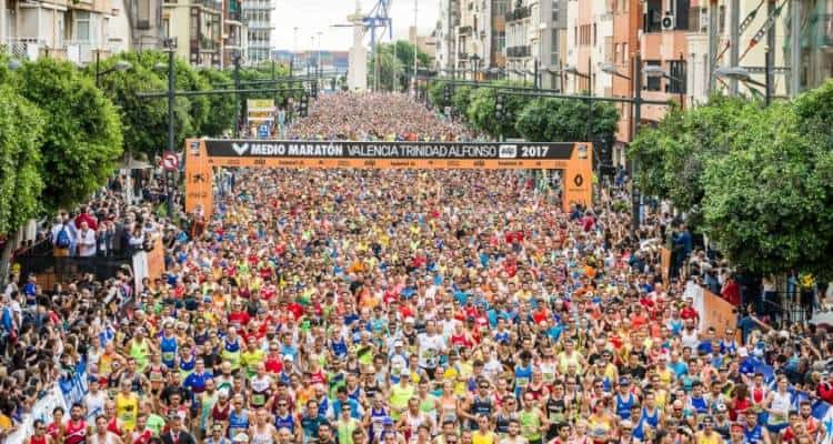 """Abraham Kiptum, keniano, taglia il traguardo in 58'18"""" stabilendo il nuovo record del mondo nella mezza maratona."""