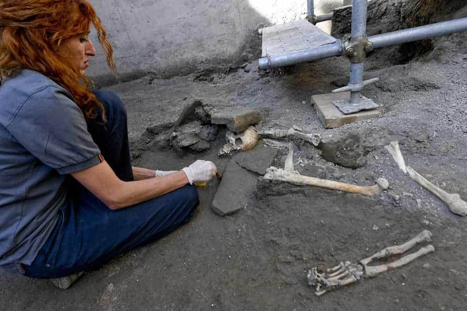 Nella casa nella quale è stata ritrovata l'epigrafe a carboncino che cambierebbe la data dell'eruzione, ritrovati anche 5 scheletri.
