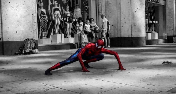 Era seduto su una del porto di Ancona.Era triste e guardava il mare.Tutto normale se non fosse per il fatto che fosse vestito da Spiderman.