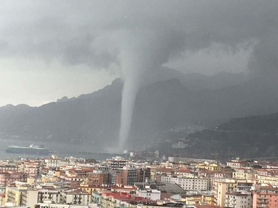 Minacciose trombe marine a Salerno, nel Salento ed in Calabria.Violenti temporali, forti raffiche di vento e anomali sbalzi termici.