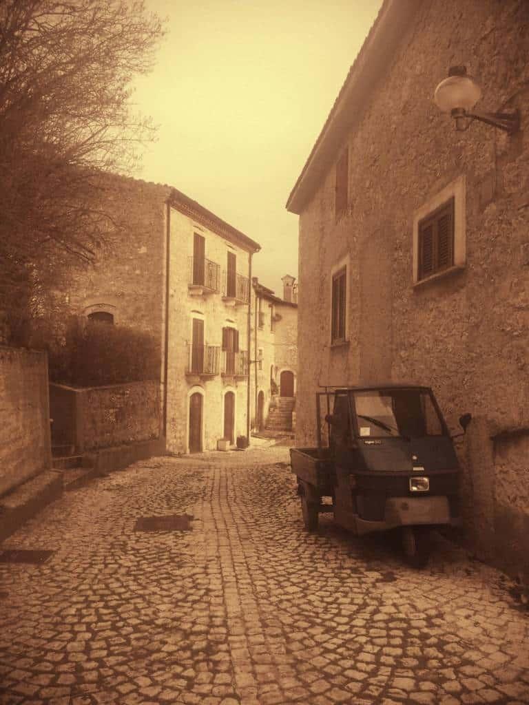 Da paese fantasma a meta di turismo internazionale. Arroccato a 1251 metri, Santo Stefano di Sessanio (AQ) è un vero gioiello architettonico.