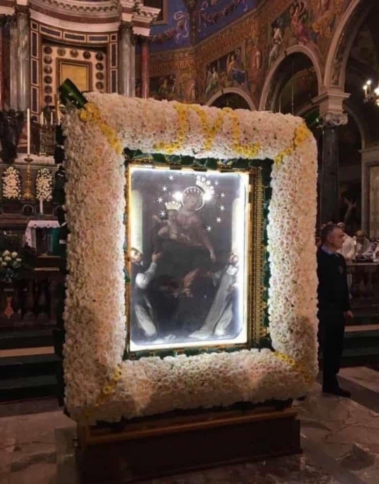 Discesa del quadro - Migliaia di pellegrini provenienti da ogni parte del mondo in coda per rendere omaggio alla Vergine del Santo Rosario