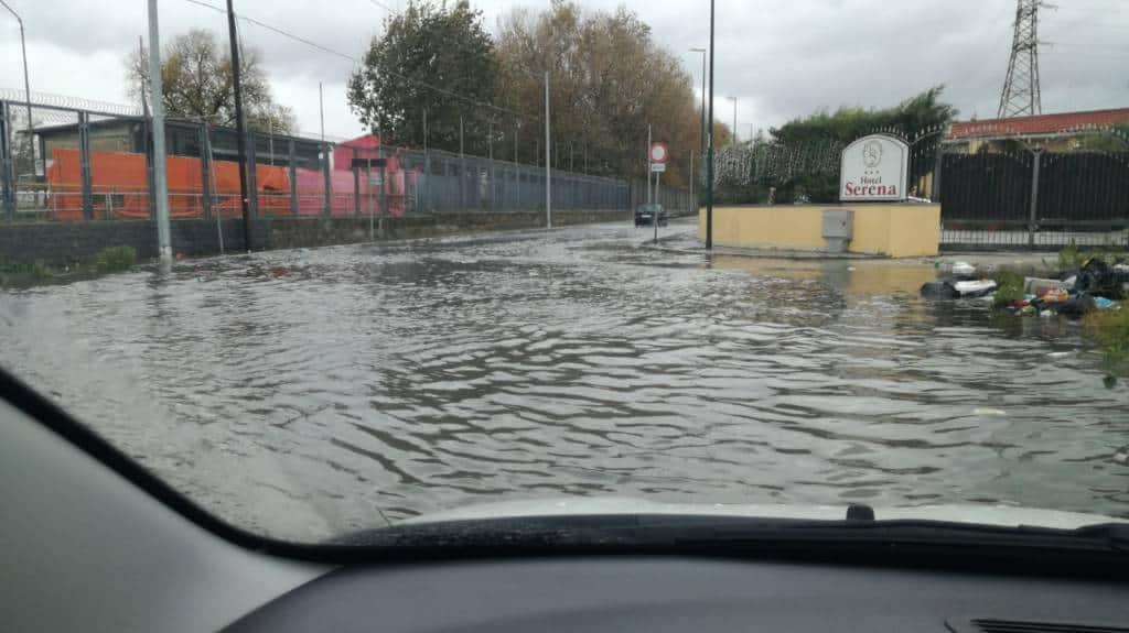 Forti ed incessanti precipitazioni durante lo ore notturne e al mattino hanno provocato gravi disagi ed allagamenti alla città di Napoli e provincia.
