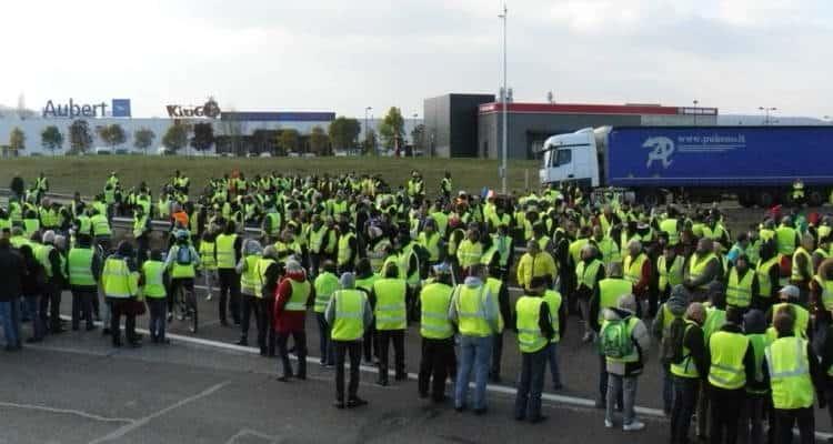 Quinto sabato di protesta dei gilet gialli. Il movimento contuinua ad infiammare la Francia. Movimento di protesta nato contro la tassazione.
