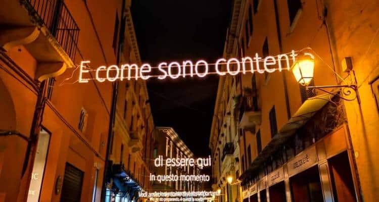 Opera di Antonio Spiezia, artigiano napoletano, le artistiche luminarie con i versi di Dalla che illuminano Via d'Azeglio