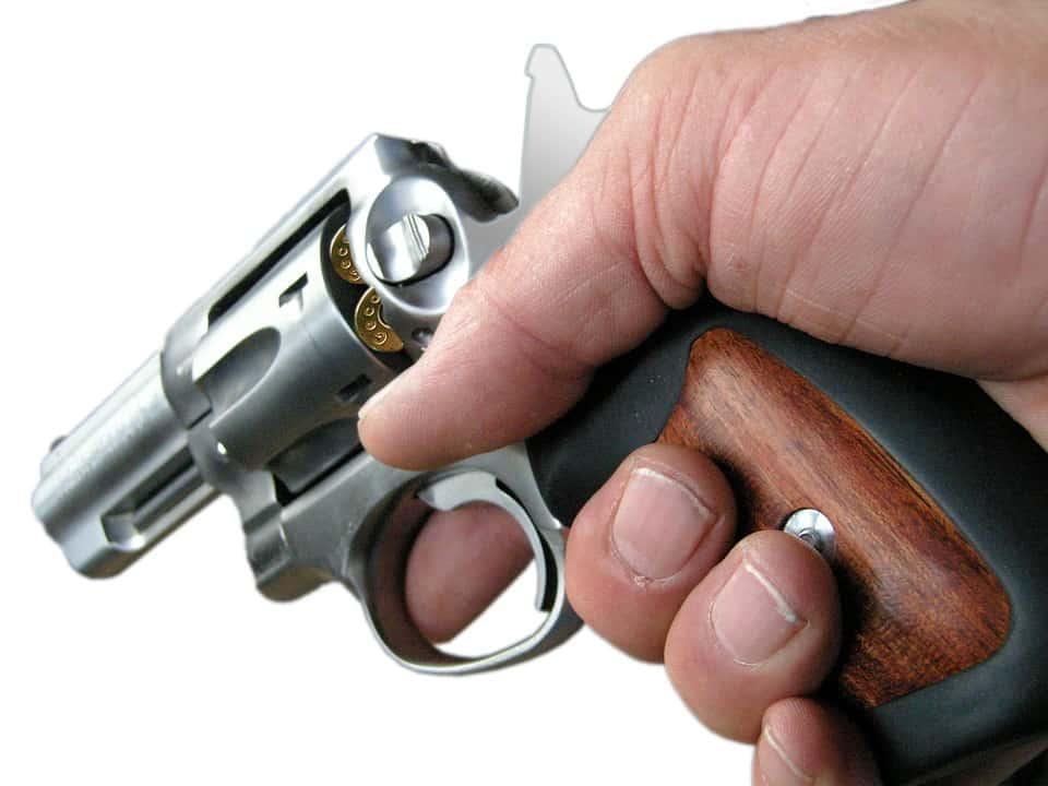 Pagani - Un uomo, senza apparente motivo, ha esploso colpi di pistola dal suo balcone, generando terrore fra i passanti