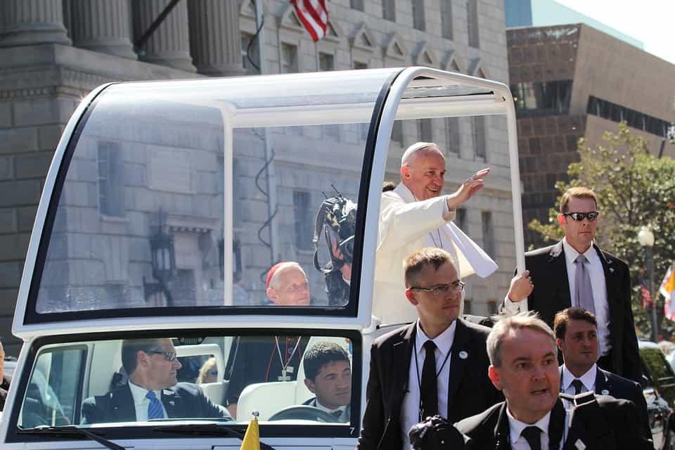 Numero sconosciuto, chi sarà? Mai la famiglia Delle Grottaglie da Mesagne (BR) avrebbe immaginato di parlare al telefono con il Papa.