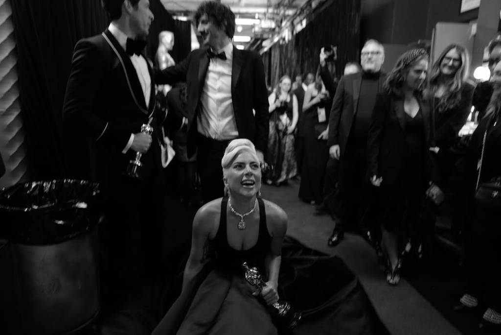 """Lady Gaga vince l'Oscar son la canzone """"Shallow"""" e si esibisce con Bradley Cooper. I due sembrano particolarmente coinvolti.E' nato un amore?"""
