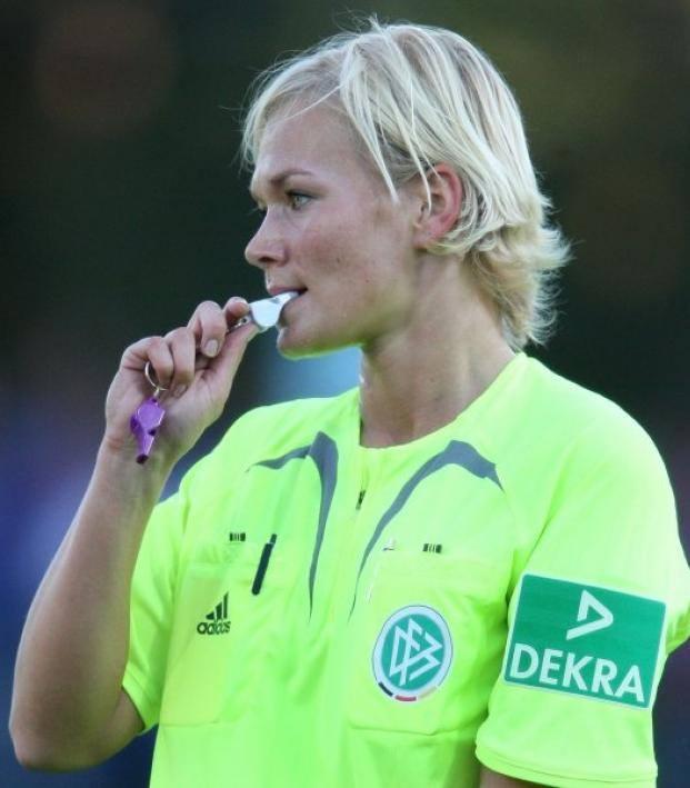 Annullata la diretta del match Augsburg-Bayern Monacodella Bundesliga. Il motivo? Ad arbitrare il match, in campo, c'è una donna