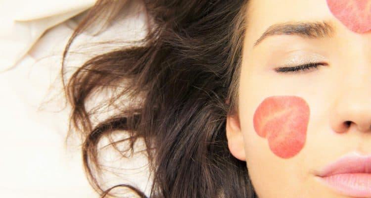 Acido ialuronico è un nome che si legge sempre nel mondo dei cosmetici e dell'estetica. Ma cos'è e quali sono i benefici del suo utilizzo?