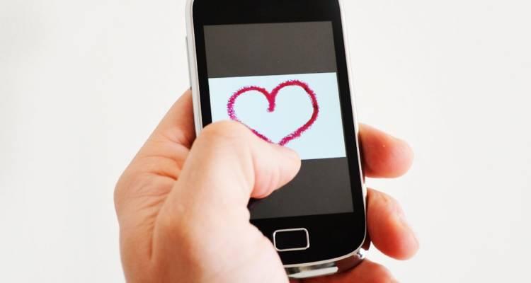 Chat, emoticon, selfie, like e followers.La tecnologia si evolve e con essa le modalità di espressione dei sentimenti. Altro che Cupido!