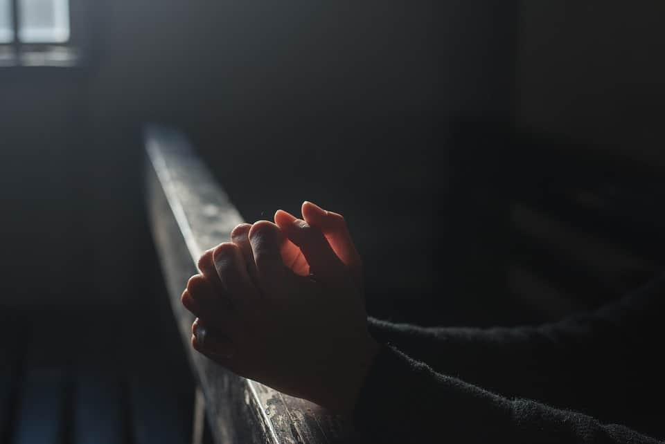 Il parroco diCerano sceglie di intraprendere un nuovo cammino. Un amore nato proprio in parrocchia che lo ha spinto a togliersi la tonaca.