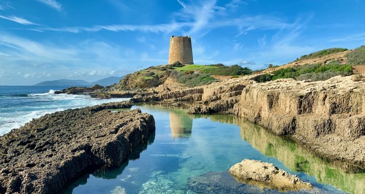 Chi l'ha detto che serve spendere migliaia di euro per andare in vacanza in Sardegna? Alcuni consigli per risparmiare in vacanza sull'isola.