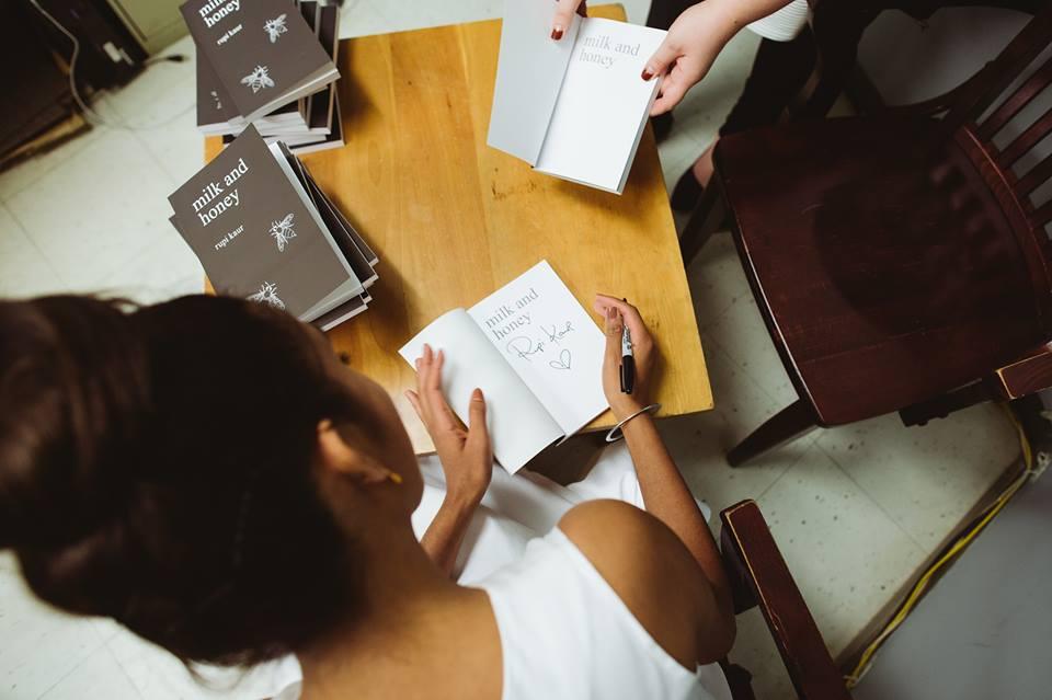 Milk and Honey è il libro che consigliamo in occasione della Festa della Donna. Un volume di poesie dove ognuna può ritrovare se stessa.