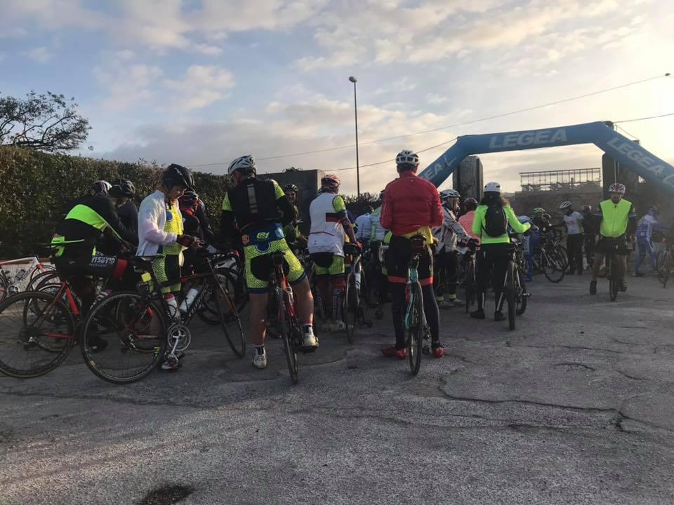 Centinaia di ciclisti, provenienti da tutt'Italia (anche presenze internazionali) riuniti per pedalare tra tutte le bellezze di Napoli