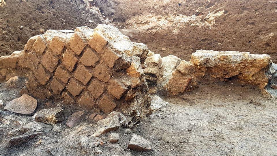 Dagli scavi in corso è emersa una struttura in tufo giallo, probabilmente di epoca augustea.Potrebbe essere una domus o un complesso termale.