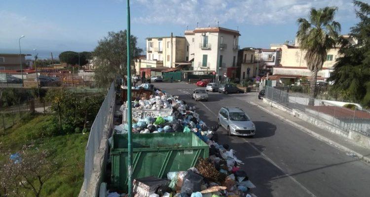 La situazione è diventata davvero insostenibile:montagne di rifiuti ovunque, aria mefitica e rischio epidemie.Una situazione che dura da mesi