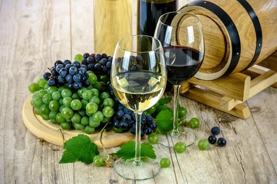 Il più semplice pasto sembra avere più colore e sapore se abbinato al vino giusto, Come acquistare i vini migliori ed abbinarli ai cibi