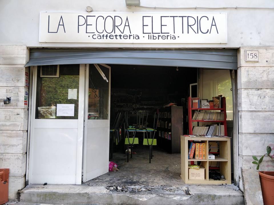 La Pecora Elettrica, libreria Centocelle, incendiata
