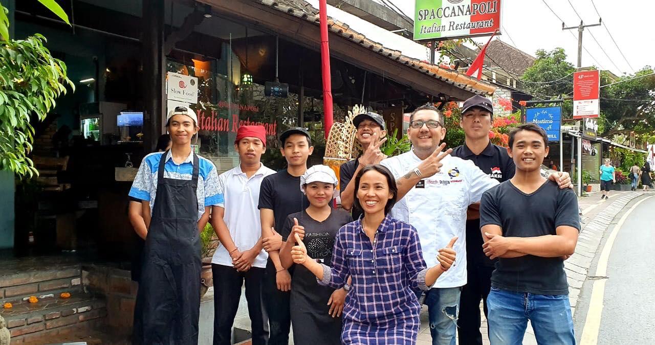 In giro per i paesi asiatici, Chef Matto Stabiese Rino De Feo ci fa conoscere un vero ristorante napoletano a Bali: lo Spaccanapoli di Ubud.