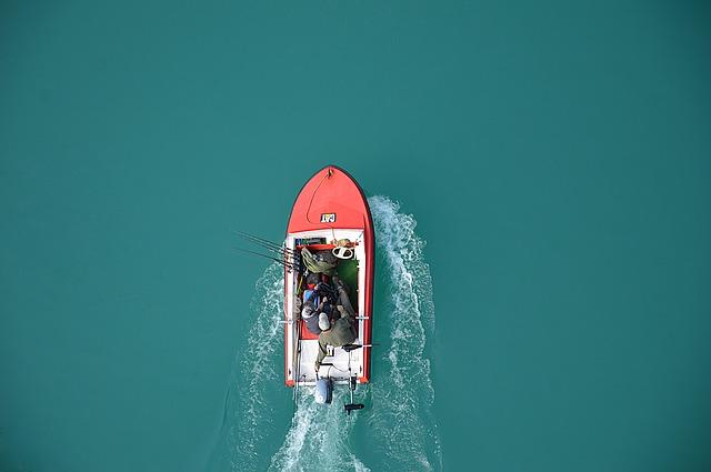 Le barche a motore hanno diversi vantaggi, specialmente per chi è alla ricerca di praticità e velocità. Ecco una guida per come scgeglierla.